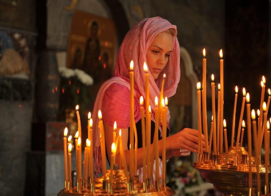 devushka-molitsya-v-cerkvi-i-stavit-svechi
